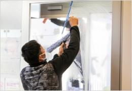 歯科医院のガラス清掃